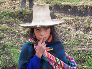 Niña peruana trabajando en la sierra