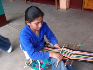 Niña tejiendo en Perú